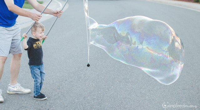 Kids making giant bubbles with DIY recipe!